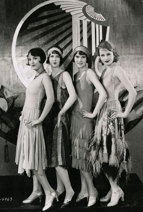 E videmment dans les années folles les silhouettes étaient plus longilignes masculines. La silhouette androgyne est mise en avant. Les fe...