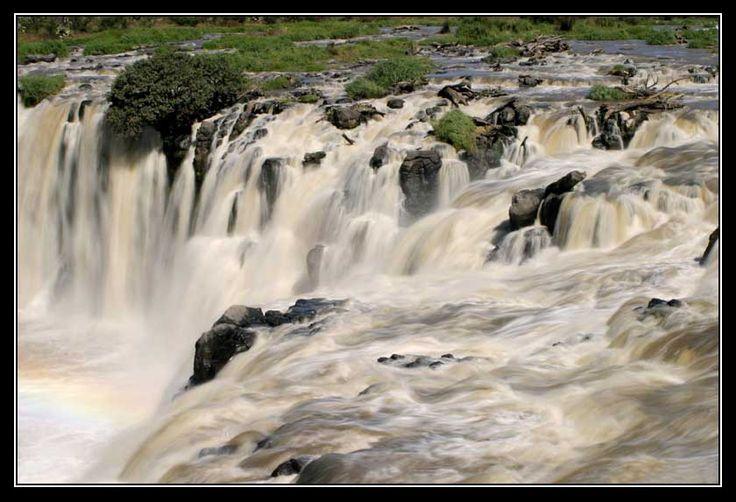 El salto Michoacán El Salto es el nombre de una cascada formada por el cauce del Río Lerma, a 17 km al noroeste de la ciudad de La Piedad, Michoacán, entre los estados mexicanos de Michoacán y Guanajuato, cerca de los limites con el estado de Jalisco.