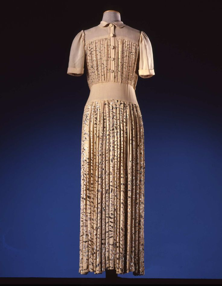 Dress in ivory silk crêpe embroidered with silver coloured paillettes; par Madeleine Vionnet (1876-1975), ca. 1945. Collection Galleria del Costume di Palazzo Pitti. All rights reserved. Photo:Gabinetto fotografico SBAS, Mario Carrieri.