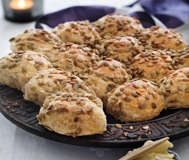 Ett saftigt matbröd med smaker av äpple och pumpa är kanske något du vill prova baka? Dessa pumpabullar garnerar du snyggt med pumpakärnor innan bröden gräddas i ugnen.