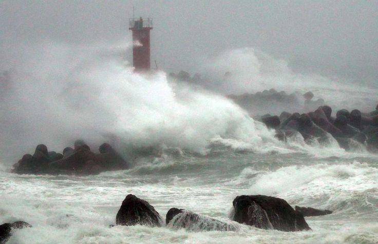 hohe Wellen in der südkoreanischen Küstenstadt Ulsan - ausgelöst durch Taifun Chaba