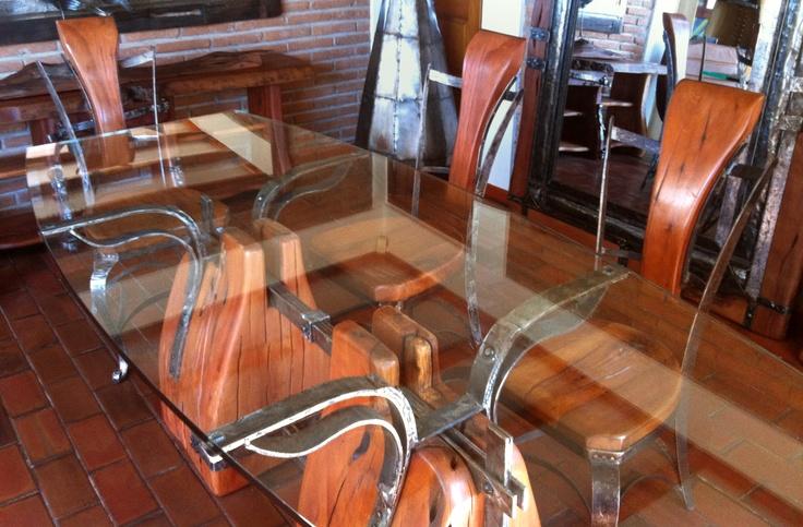 Mesa de Comedor con base de roble rústico con flejes de fierro forjado reciclado con cubierta de cristal tipo almendra de 0.80-1.20x2.00x20 mm de espesor