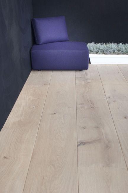 Eiken - Tudor HM (Home Style) vloer in de natural finish. Deze prachtige eiken vloer staat in een bijzondere matte lak waardoor het lijkt of de vloer niet behandeld is. Een prachtige vloer met een eigentijdse natuurlijke tint. De foto is genomen op de Woonbeurs 2011 in Amsterdam.