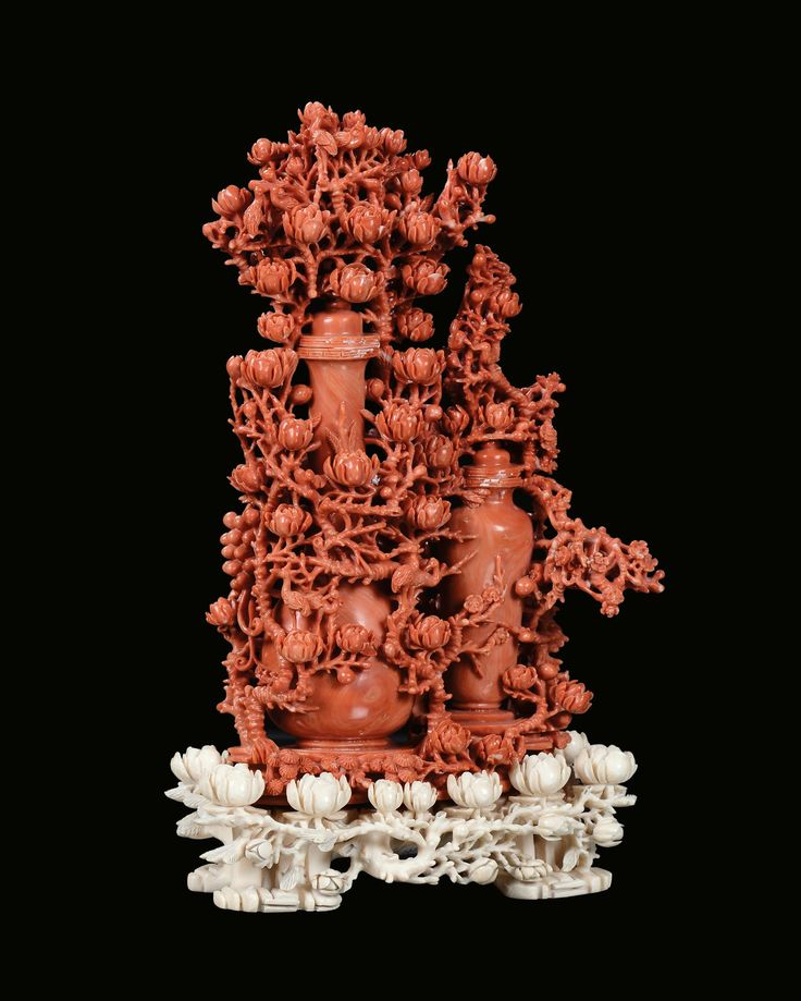 Scultura in corallo rosso con vasi e fiori, Cina, Dinastia Qing, fine XIX secolo