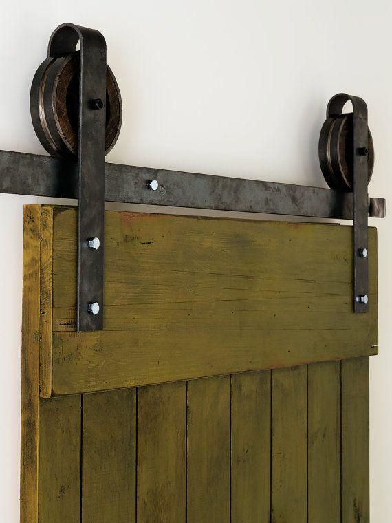 Dit is een mooie 6-8 rustieke stalen brede voetbanden schuur deur hardware set glijden. Gemaakt in de VS uit hoogwaardig staal (zwart) en hout.  Omvat:  (1) 72-96 track - 2 (2) rollen - 5 1/2 Diameter, 1 1/2 diep (4) wand Spacers (2) deur stopt (1) woord gids  Om te worden gebruikt bij het openen van maten 36 tot 48. Meet ongeveer 9 1/2 vanaf de onderkant van het spoor naar de top van de beugel. Max deurgewicht is 150 pond. Hiertoe behoren alle hardware nodig om op te hangen uw deur (deur…
