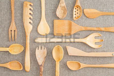 Surtido conjunto de utensilios de cocina de madera en un fondo de la vista en el techo con cucharas  Foto de archivo