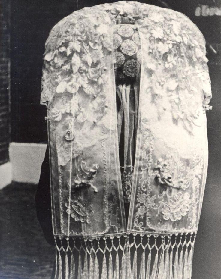 Plaats Veghel Datering 30-11-1933 Beschrijving Poffer (achterkant); mooiste muts van Veghel van 'Mijn' Vissers, in de zomer van 1934. Uit de collectie van het Brabants Historisch Informatie Centrum