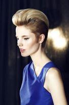 Verkehrter Pixie-Cut mit toupierter Haartolle in Blond
