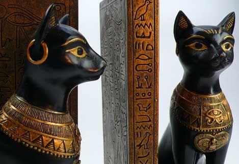 Бастет, дочь РА. Это либо домашняя кошка или как женщина, одетый в цепким, часто зеленого халата с  кошачьей головой. В стране фараонов она не только богиня красоты и поклонения рождаемости, но и как богиня луны. Это соответствует греческому Артемиды. Их задачей было, смотреть на солнце в течение ночи и  бороться змея тьмы Апофисом. Вместе с львиноголовой богиней Сехмет  они убили большого змея Апофиса, который пытался поглотить солнце РА и погрузить мир в вечную тьму.