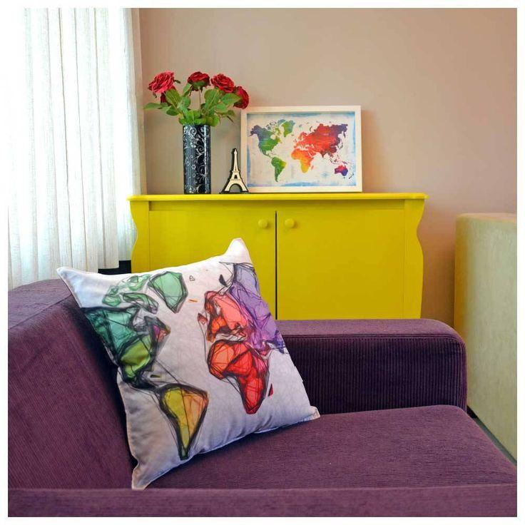 Ideia de decoração com almofada mapa-múndi.