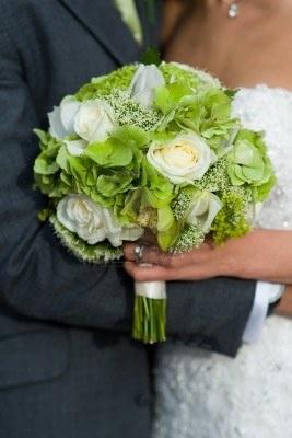 bruid en bruidegom met bruiloft boeket van witte rozen Stockfoto