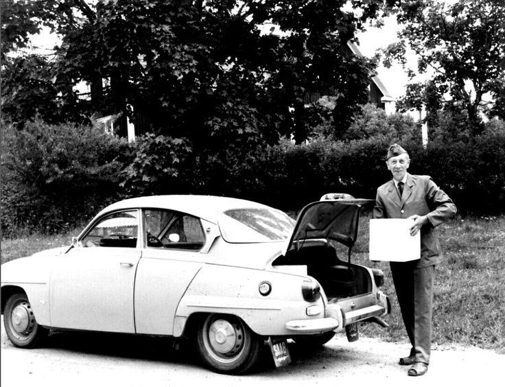 Värmland Eda kommun Åmotfors Lantbrevbäraren Sigurd Nilsson på väg med en leverans 1970-talet