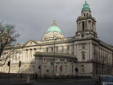 Passeggiata tra le vie di Belfast,piacevole scoperta in Irlanda del Nord  Un viaggio in Irlanda quasi sempre parte da Dublino una delle città più amate dai giovani che è visitato lo scorso febbraio insieme a Belfast, capitale dell'Irlanda del nord,sotto il governo inglese di cui conserva moneta, usi e costumi. Le due città distano tra loro solo un paio d'ore di automobile, ma ognuna ha la propria identità. Potrà sembrare strano o impopolare ma tra Dublino e Belfast sono rimasta più colpita…