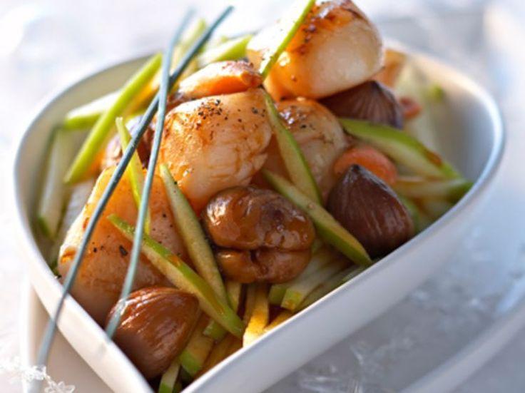 Découvrez la recette Saint-Jacques aux marrons et aux pommes sur cuisineactuelle.fr.
