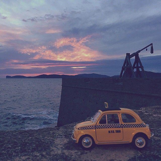 La #Fiat500, versione Taxi, ha fatto tappa ad #Alghero (SS).  Un fantastico tramonto con sfondo il promontorio di #CapoCaccia. #500insardinia #sardegna #sardinia  Pic @alessandrapolo