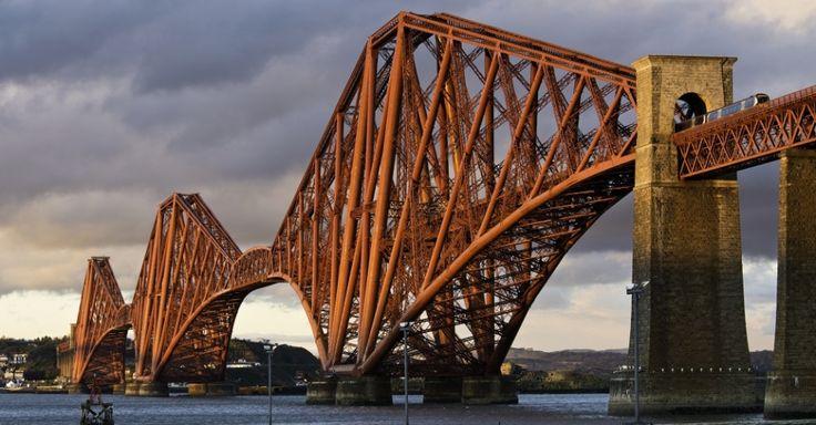 Forth Bridge (Reino Unido) -- Essa ponte ferroviária atravessa o estuário do rio Forth, na Escócia, e já foi considerada a maior ponte ferroviária em vão do tipo cantilever do mundo, com 2,5 km. Inaugurada em 1890, ainda carrega passageiros e cargas. Inovadora em estilo, materiais e escala, a Forth Bridge é considerada um marco de um período em que as ferrovias passaram a dominar as viagens de longa distância