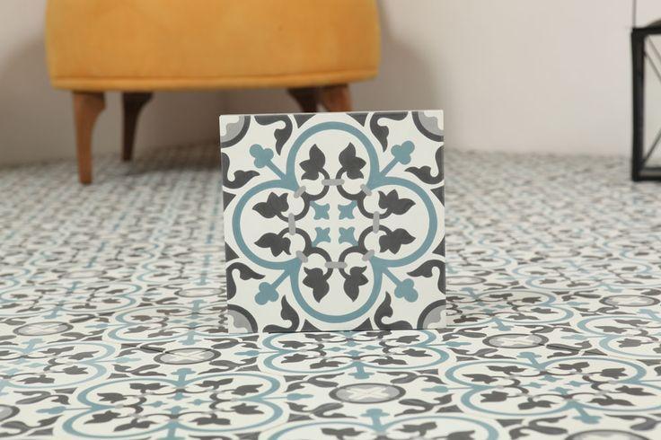 Marockanskt Kakel Nkob Slim är en torrpressad och handgjord cementplatta i grå, vit, svart och blå från vårt egentillverkade marockanska sortiment.