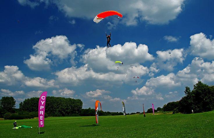 Heute war das richtige Wetter ...  zum Fallschirmspringen. So aus ca. 4.000 Meter. In Wallerfangen-Düren. :-) Beim Freefly Fesival. :-)
