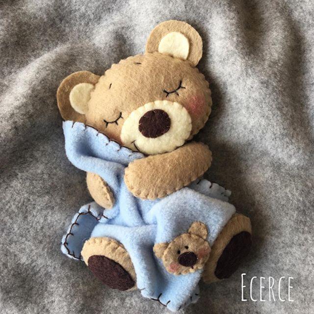 Yeni battaniyeli ayıcık Dikkat❗️beş dakikadan fazla bakmak uyku getirir☺ #keçe #felt #feltro #fieltro #bear #feltbear #ecerce #tasarim #babyroom #babyroomdecor #elyapimi #handmade #hediye #babyshower #bebekodasi #baby #babybear #teddybear #bearlove #craft #feltcraft #bebekodasi #hosgeldinbebek #dogumhediyesi #uyku #sleep #uykuarkadasi