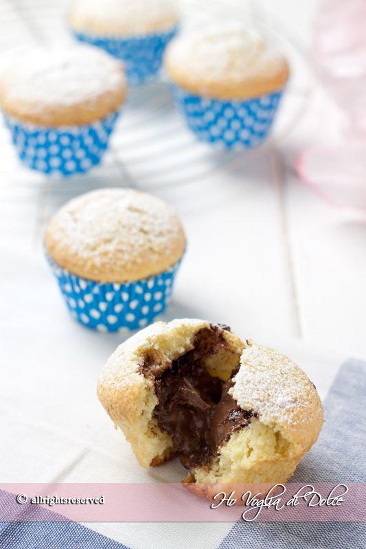 Muffin al cocco con cuore di Nutella, buoni, morbidi ed irresistibili. Dolcetti facili e veloci da preparare, spariranno subito. Ideali per la merenda.