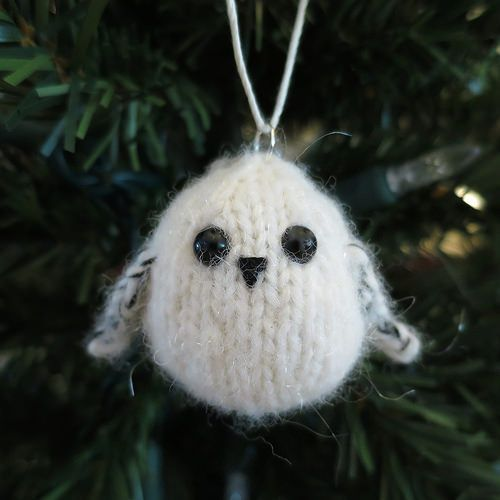 Knit Snowy Owl Ornament - Free Pattern here: http://www.justcraftyenough.com/2014/08/advent-calendar-project-14-week-9/