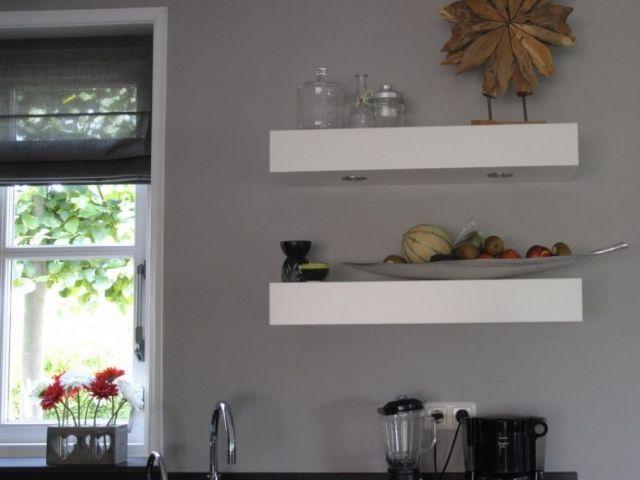 Handgemaakte keuken met wandschappen