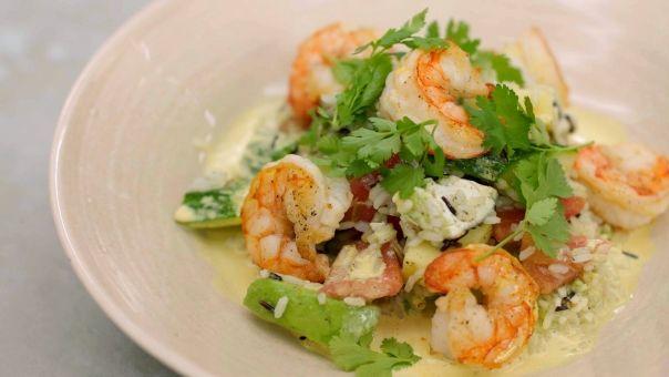 Eén - Dagelijkse kost - wilde rijstsalade met gebakken scampi en currydressing | Eén