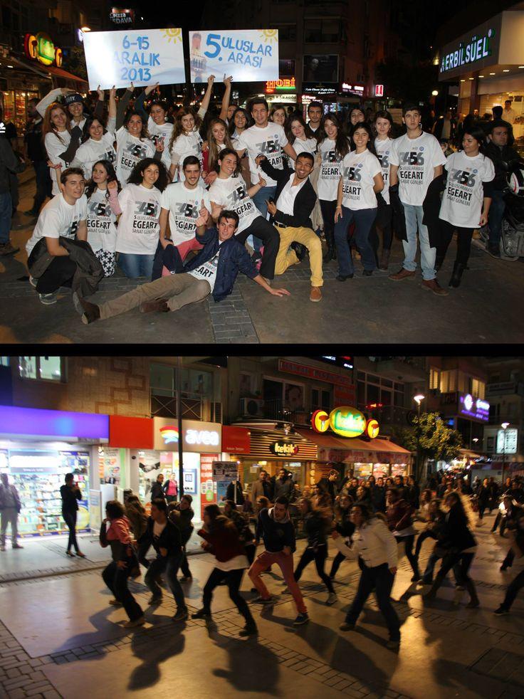 Öğrencilerin Dans Sürprizi - EgeArt Flashmob --> Bu yıl 6-15 Aralık tarihinde düzenlenen ve başlangıcı için sayılı günlerin kaldığı Uluslararası EgeArt Sanat Günleri'nin Tanıtımında Ege'li öğrenciler yine başroldeydi.