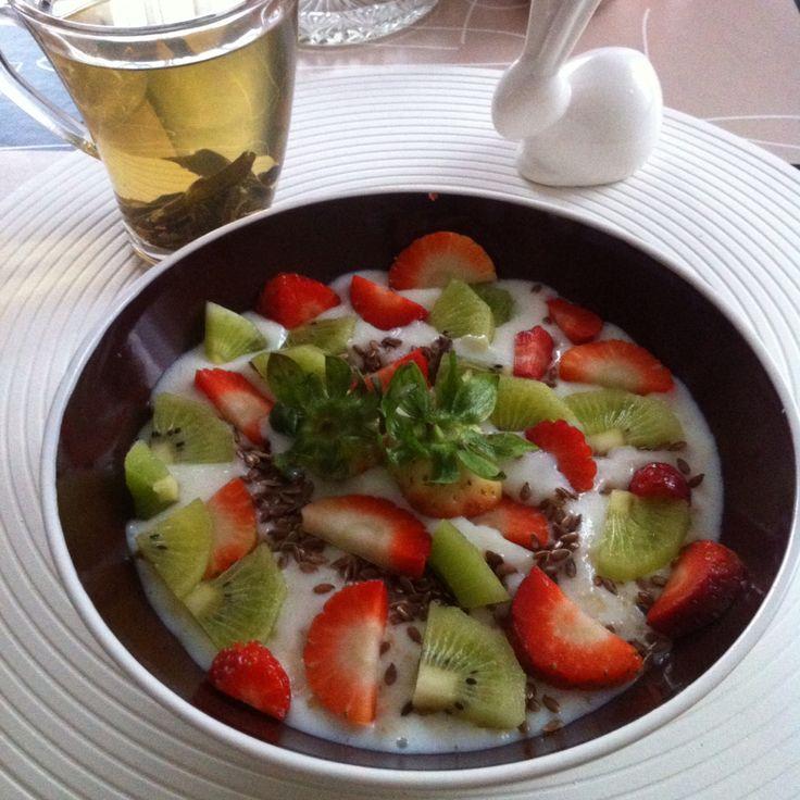 Oatmeal with kiwi and strawberries
