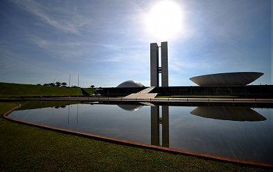O famoso prédio do Congresso Nacional do Brasil em Brasília, construído em 1960 segundo um projeto de Oscar Niemeyer. As torres gêmeas em que se situam diferentes escritórios, elevam-se a cem metros de altura.