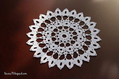 Najpiękniejsze wzory szydełkowe 3/2011. Średnica 16,5 cm, nici białe Anchor Aida 20, szydełko 1,0