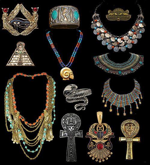 Variedad de accesorios reales de los tiempo antiguos en Egipto.  Los accesorios incluyen desde pulseras, brazaletes,collares, hasta medallas para la protección espiritual que nos muestran el estilo particular que poseian los egipcios para crear estas hermosas joyas.