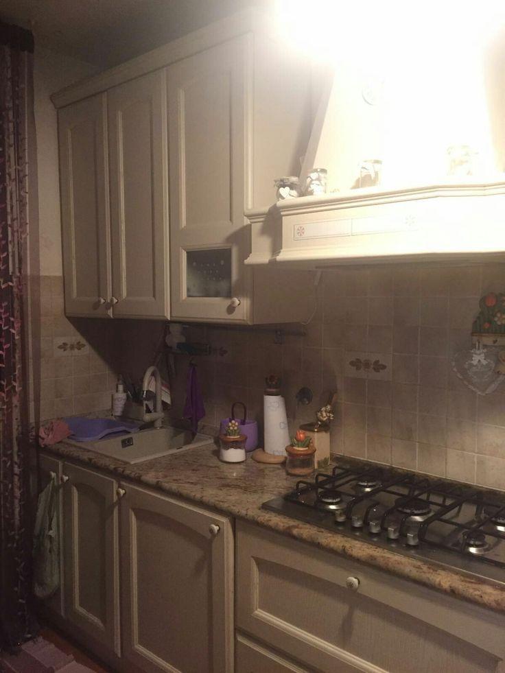"""uno dei miei ambienti preferiti della nostra casa: la Cucina. amo mangiare e amo divertirmi, con mia moglie e mio figlio, a cucinare i nostri mitici """"picnic sul divano"""""""