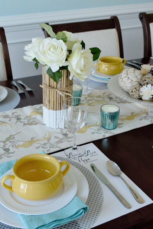 Misture e Configurações de tabela de correspondência para salas de jantar formais ou informais.  Inclui jogos americanos de papel ofício impressos.  Torquoise, Aqua, e sotaque cores amarelas para uma luz, sensação de frescura.