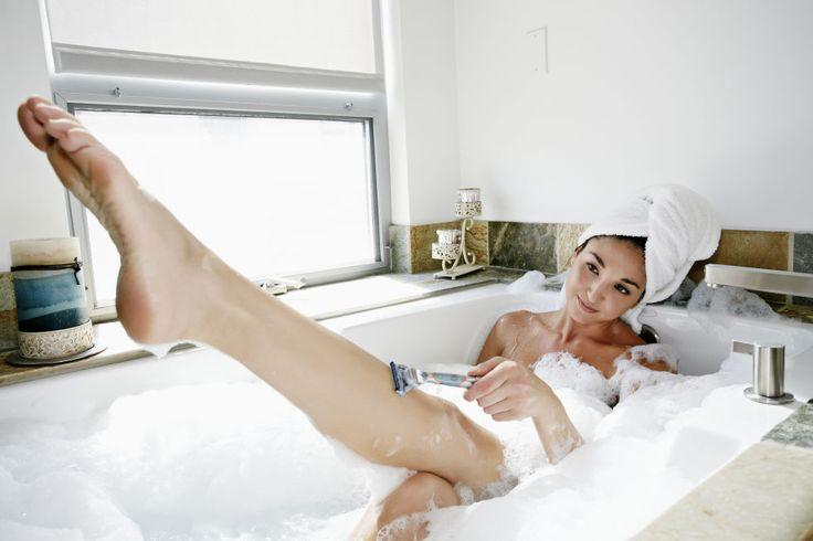 La depilazione con il rasoio è un must per le americane. Per evitare tagli e irritazioni sulle gambe e sull'inguine, al posto della schiuma da barba usano un doposhampoo che rende più scorrevole il passaggio della lama.