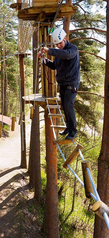 Kiertyvä silta hämmentää kulkijaansa. A bridge with a twist! How do you manage that? #seikkailupuisto #treetopadventure #parcouraventure
