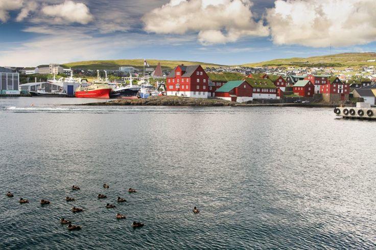 Sí, existe: hay una capital de un país autónomo (dentro del Reino de Dinamarca) en la que todo lo que uno pueda describir la hace parecer un sitio de algún lugar de fantasía: se llama Torshavn y está en un archipiélago pequeño y apartado a medio camino entre Escocia e Islandia, o entre Islandia y …