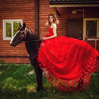 Instagram media by ludmilka133 - Только 12 и 14 августа возможность поучаствовать в фотодне с лошадьми, в шикарном платье от @charm.krsk всего за 3500!!! В стоимость включены также макияж и прическа, можно без мейка (2500) на выходе вы получите множество прекраснейших фотографий от @irina_traum и море положительный эмоций. Количество мест ограничено!! #фотосессия #прогулочныефотосессии #крск #лошади #прогулкаслошадьми #фотосессиявлетящемплатье #фотосессияслошадьми #записьнафотосессию…