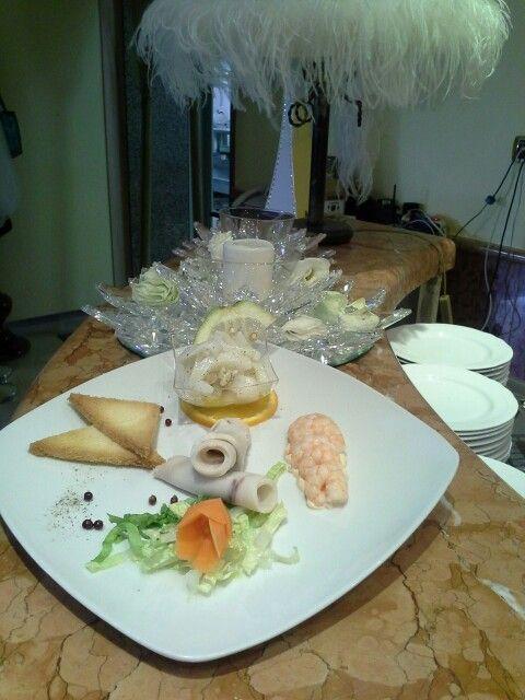 Involtini di pesce spada con crostini al burro e cocktail di gamberetti su salsa rosa