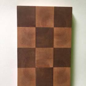 Kézzel készített intarziás fa vágódeszka. Kockás, sakktábla mintás.