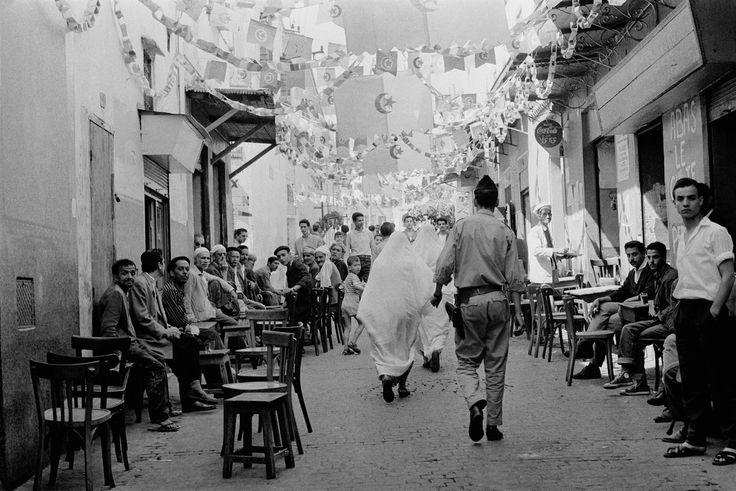 L'ambiance dans les rues d'Alger, le 3 juillet 1962. Parmi les drapeaux algériens accrochés, il y a aussi des drapeaux tunisiens et marocains.