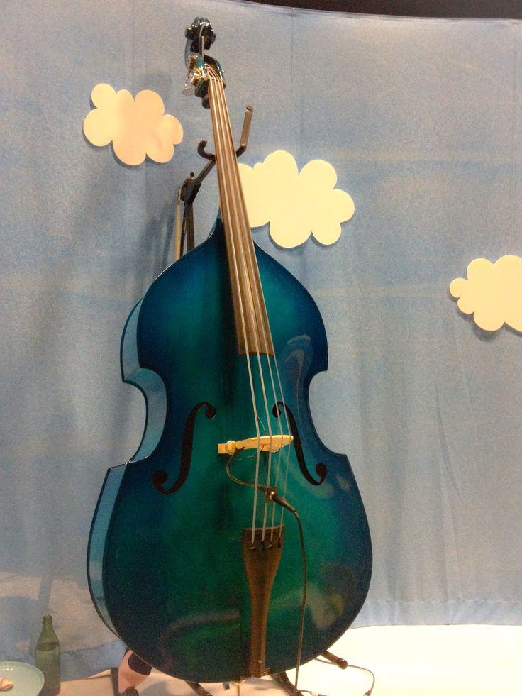 """Linnéas kontrabas som hon spelar på i föreställningen """"Lappricka Pappricka puddingpastej"""". Fotograf Linda Sinkkonen. #blå #moln #instrument #lapprickapappricka"""