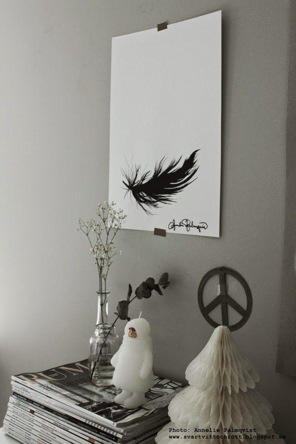 konsttryck, prints, poster, tavlor, tavla, fjäder, svart fjäder, fjädrar, ljus artilleriet, pappersgran, pompom gran, granar, grått och vitt, svartvita tavlor, svartvit, svartvitt, svart och vitt, tidningar, granar, gran, vitt