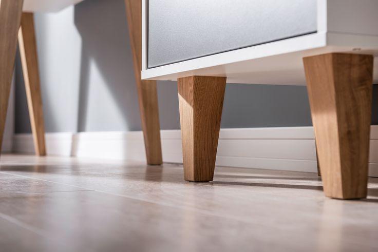 Nogi wykonano z litego drewna. W szufladzie zastosowano Quadro Silent System. Rolę uchwytu pełni otwór wypełniony silikonowym wykończeniem - dzięki niemu uchwyt jest praktyczny i wygodny w użytkowaniu.