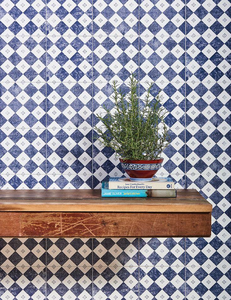 """Com formato 20x20cm e pintura levemente desgastada que faz lembrar aquele jeans """"stoned"""", o Algarve Vila Real surpreende pela harmonia e leveza que traz aos ambientes.  Peça encantadora! ♥  #portobello_sa #portobellolovers #Algarve #VilaReal #porcelanato #azulejo #lançamento #coleçao2017 #PuraMateria #azulejaria #decor #decoraçao #arquitetura #architect #design #interiordesign #home #homedecor #versatil #modernista #blue #white"""