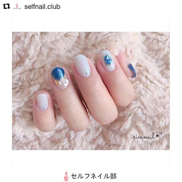 * * セルフネイル部さんにご紹介して頂きました♡ ありがとうございます😊💕 前の画像青白く見えてたからちょっとオレンジっぽく加工してますww * #Repost @selfnail.club (@get_repost) ・・・ (@irimnail)さんの、 「オーナメントネイル✨」を紹介します💅🏻 . 〜やり方〜 全ての爪にベースコートを塗る 【親指・薬指】 AA204で丸フレンチに塗り、ゴールドのラインを引く オーナメントの飾り風にスタッズを置く 【人差し指】 AA194を2度塗り ワイヤー風ネイルシールを貼る 輪の中を塗り潰すように真夜中のデートを2度塗りし、乾いたら輪の中だけにトップコートを2度塗り 【中指・小指】 ライトグレーを2度塗り ストーンを置く 最後に全ての爪にトップコート塗って完成♡ . 〜使うもの〜 paネイル:AA194・AA204 HOMEI:真夜中のデート ジルスチュアート:ネイルアートライナー 03 ワイヤーネイル風シール(キャンドゥ) ネイルグリッターストーン(キャンドゥ) ブリオン(セリア) ★と☾のスタッズ . 〜ポイント〜…