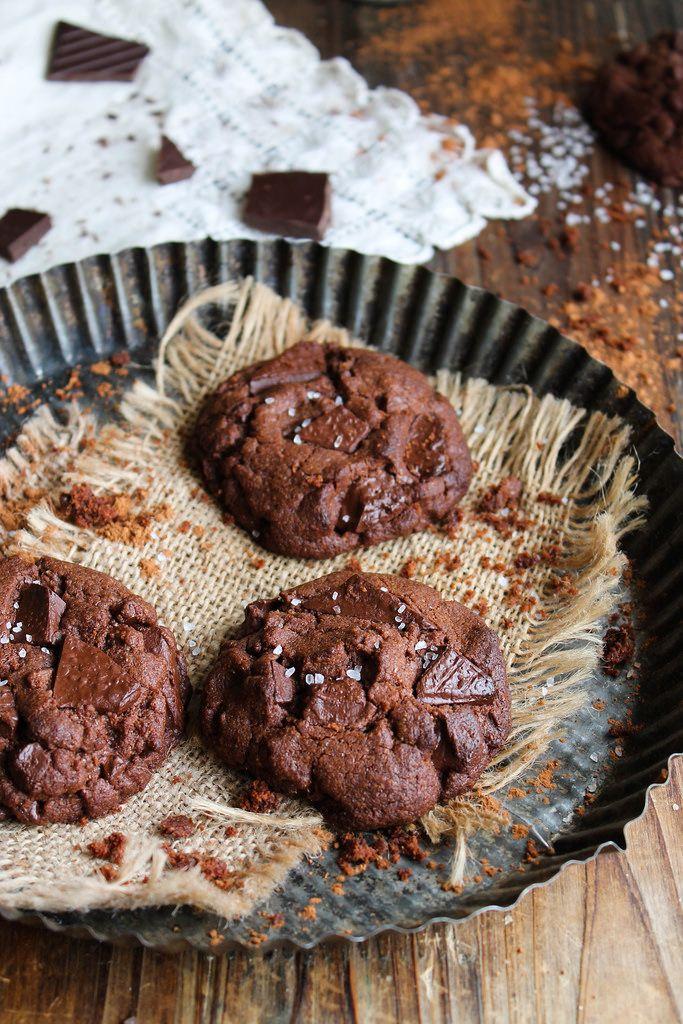 Double chocolate cookies {vegan} - Ingrédients : 180 g de farine T80, 155 g de chocolat à la fleur de sel, 100 g de sucre complet, 80 g d'huile de coco...