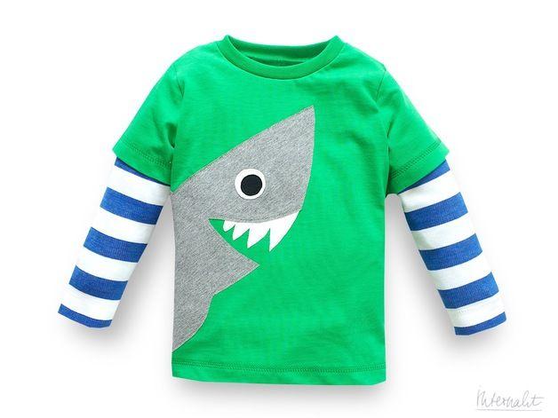 Cooles Shirt für Kinder mit großer, handgenähter Hai-Applikation und blau-weiß gestreiften Armen aus 100% Bio-Baumwolle. Damit wird jedes Kind ein klein wenig gefährlich :-). Aber sicherlich auch...