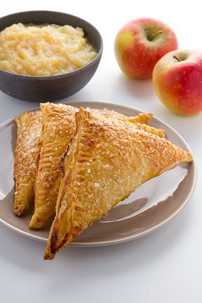 Appelflappen maken. Bladerdeeg gebak gevuld met zelfgemaakte appelmoes en bestrooit met decoratiesuiker.