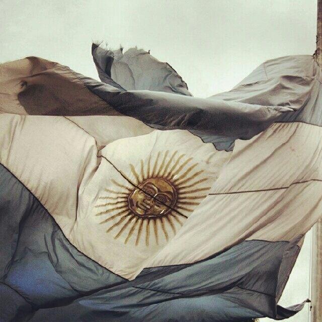 Bandera de la patria, celeste y blanca, símbolo de la unión y de la fuerza con que nuestros padres nos dieron independencia y libertad